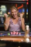 轮盘赌表赢取的妇女 免版税库存图片
