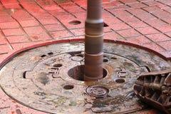 轮盘,当钻被转动时的油井和管子 免版税图库摄影