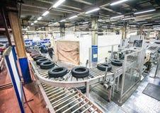 轮胎在明亮的新的工厂的生产传动机 库存图片