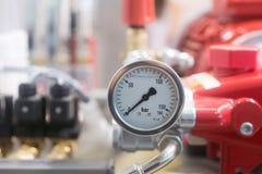 轮胎气压显示在汽车修理驻地的 库存图片