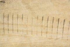 轮胎跟踪在混凝土的轮胎标记作为抽象纹理 库存照片