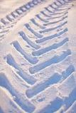 轮胎跟踪在雪的汽车 库存图片