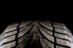 黑轮胎踩关闭  免版税库存照片