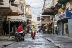 轮胎,黎巴嫩- 2015年10月8日:在轮胎的购物街道在雨以后 库存图片