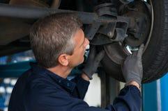 轮胎经销商检查轮胎 图库摄影