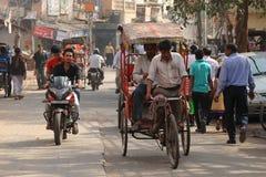 轮转人力车和乘客。老德里,印度。 免版税库存照片