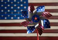 轮转焰火或陀螺在美国旗子前面 免版税库存照片