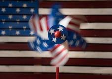 轮转焰火或陀螺在美国旗子前面 库存图片