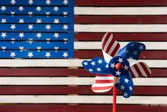 轮转焰火或陀螺在美国旗子前面 库存照片