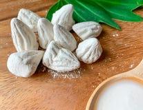 软准备的白垩或白色黏土补白的关闭在木地板上和溶于水在木匙子 库存图片