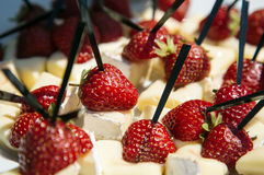 软制乳酪供食用草莓 库存照片