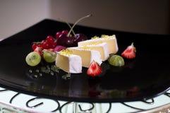 软制乳酪用蜂蜜鱼子酱和新鲜的莓果 库存图片