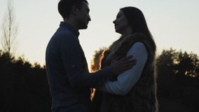软可爱的夫妇亲吻在日落的embracess 4K 股票视频