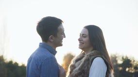 软可爱的夫妇亲吻在自然的embracess 4K 影视素材