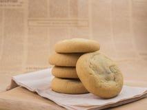 软和耐嚼的巧克力片和葡萄干曲奇饼 免版税库存图片