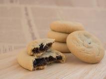 软和耐嚼的巧克力片和葡萄干曲奇饼 库存图片