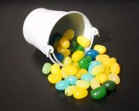 软心豆粒糖和桶 免版税库存照片