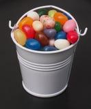 软心豆粒糖和桶 免版税库存图片