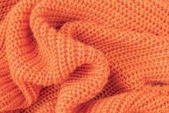 软性从橙色蓬松毛线的被编织的织品 免版税库存照片