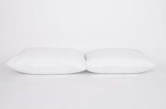 软性和卫生学把伟大枕在白色隔绝的您的卧室的 库存照片