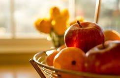 软的在篮子的焦点成熟苹果果子在木桌上照亮 图库摄影