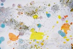 软的橙黄色蓝色金黄闪耀的光,冬天油漆水彩背景 免版税库存图片