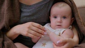 软的母亲接触爱恋的家庭招标母性 免版税库存照片