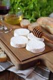 软的法国山羊乳干酪Rocamadour,面包、蜂蜜、莴苣和杯红葡萄酒 库存照片