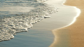 软的海挥动冲在日落的沙滩 股票录像
