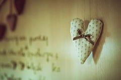 软的淡色心脏由与垂悬一把棕色的弓的布料制成在黄麻毛线,葡萄酒dï ¿ ½惊叹,华伦泰 免版税库存照片