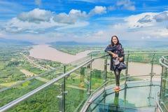 软的焦点在泰国skywalk,美丽的天空的夫人立场和 免版税库存图片