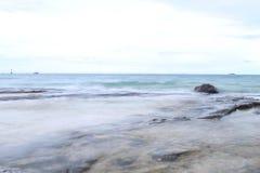 软的焦点的美丽的海滩与软的天空和blurà ¹ ƒ 免版税库存图片