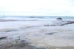 软的焦点的美丽的海滩与软的天空和blurà ¹ ƒ 免版税库存照片