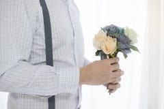 软的焦点,拿着花花束的人 免版税库存照片