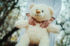 软的玩具涉及女孩的手室外的睡衣裤的 免版税库存图片