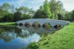 软的白色桥梁在湖5月 库存图片