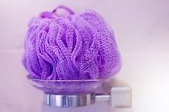 软的紫罗兰色浴层数或海绵,在架子 库存图片