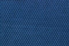 从软的羊毛状的织品特写镜头的深蓝背景 纺织品宏指令纹理  免版税库存照片