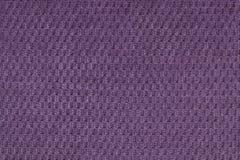 从软的羊毛状的织品特写镜头的黑暗的紫罗兰色背景 纺织品宏指令纹理  免版税库存图片