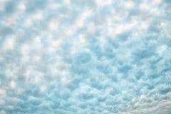 软的蓬松白色和淡色蓝色云彩抽象背景或卷积云纹理 库存照片
