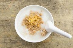 软糊状食物早晨,在白色碗在木桌上,泰国食物的软糊状食物顶视图  库存图片