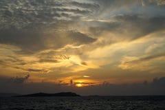 软绵绵地宽橙色和蓝色日落颜色天空和抽象云彩背景美丽的树荫与波浪seaview 免版税图库摄影