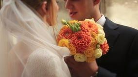 软软地亲吻婚礼的夫妇紧密  股票视频