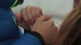 软软地握在侧视图的年轻人和妇女冬天画象手 嫩时候 股票录像