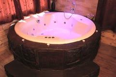 软软地被点燃的极可意浴缸 免版税库存照片