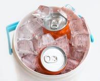 软饮料装冰于罐中 库存照片