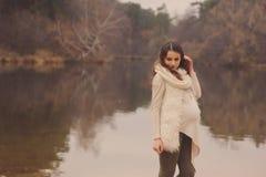 软绵绵地温暖的舒适成套装备的走体贴的孕妇户外 免版税库存图片