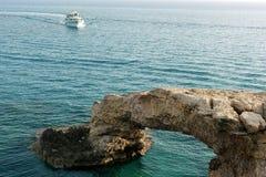轰烈的自然石桥梁在海 免版税库存图片