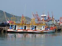 轰隆在芭达亚泰国附近的Saray小船 库存照片