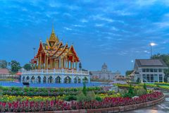轰隆Pa模型在水池的王宫从Ayuthaya 库存图片